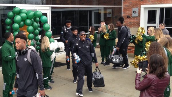 https://wbhm.org/wp-content/uploads/2017/12/UAB_Football_Leaves_for_Bowl-600x338.jpg